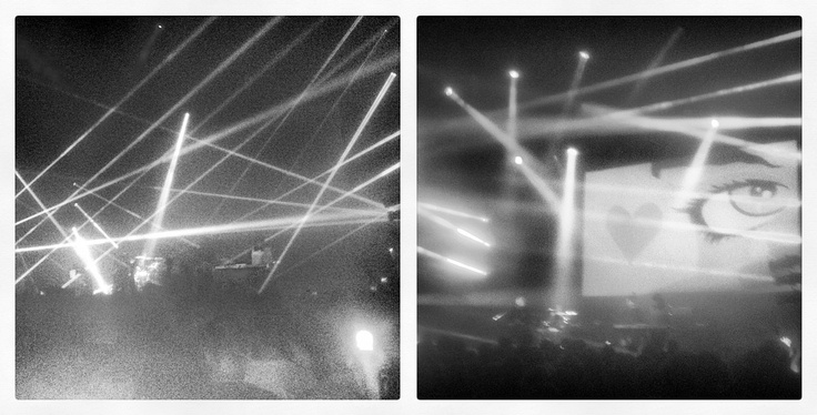 """NEW ORDER - Irgendwann zwischen dem Intro """"Elegia"""" und dem finalen Joy-Division-Cover """"Love Will Tear Us Apart"""" entstanden diese beiden Aufnahmen beim Konzert der britischen Band New Order im Berliner Tempodrom."""