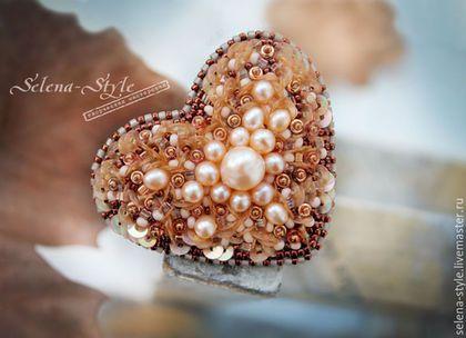 Купить или заказать Брошь «Сердце медного леса» в интернет-магазине на Ярмарке Мастеров. Вышитая брошь в форме сердца, выполнена в кремово-медных оттенках, расшита речным жемчугом разного размера, пайетками, японским бисером TOHO и Miyuki и чешским бисером Presiosa. Размер броши — около 4х5 см. Основа для броши позолоченная. Изнанка броши — качественная искусственная кожа.