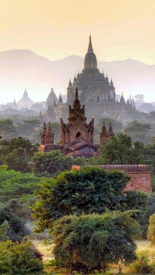 Bagan (anteriormente Pagan), antiga cidade no centro de Myanmar (Birmânia, Burma). Em uma área de 40 quilômetros quadrados, há mais de 2000 pagodes e monumentos de interesse arquitetônico e histórico.
