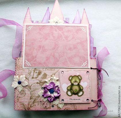 Купить или заказать Альбом замок для Маленькой принцессы в интернет-магазине на Ярмарке Мастеров. Фотоальбом в форме замка, отличный подарок для девочки, под фото 10 на 15 см под уголки, 2 страница с раскладушкой, под дополнительное фото.