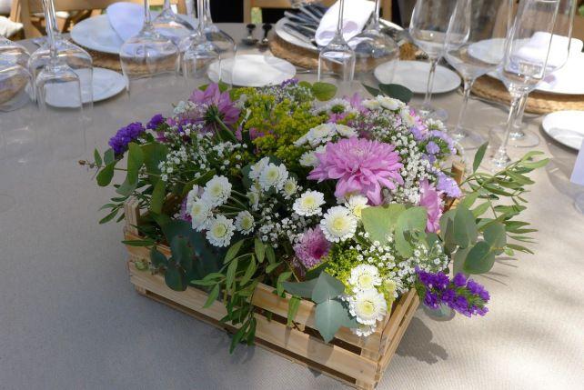 eltallerdeclo Centro de mesa con caja de madera o palets. Muy informal y original. Para bodas campestres.