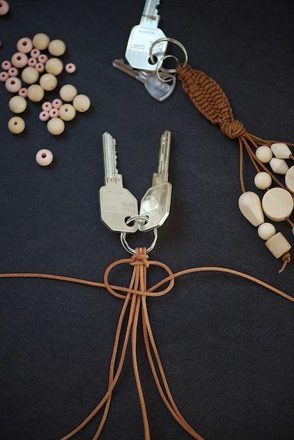 Schlüsselanhänger aus Leder mit Holzperlen