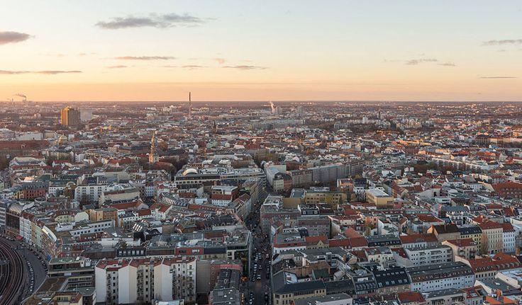 """Berlin: Tarihten modern çağa kozmopolit bir doku Kuzeydoğu Almanya'da Spree ve Havel nehirleri kıyısında kurulmuş olan Berlin, """"ich liebe dich"""" cümlesinin sert fonetiğini bile yumuşatacak türden romantik bir şehir.   #Duvar #Kentler #UNESCO #Berlin #Almanya #Mimari #Mimarlık"""