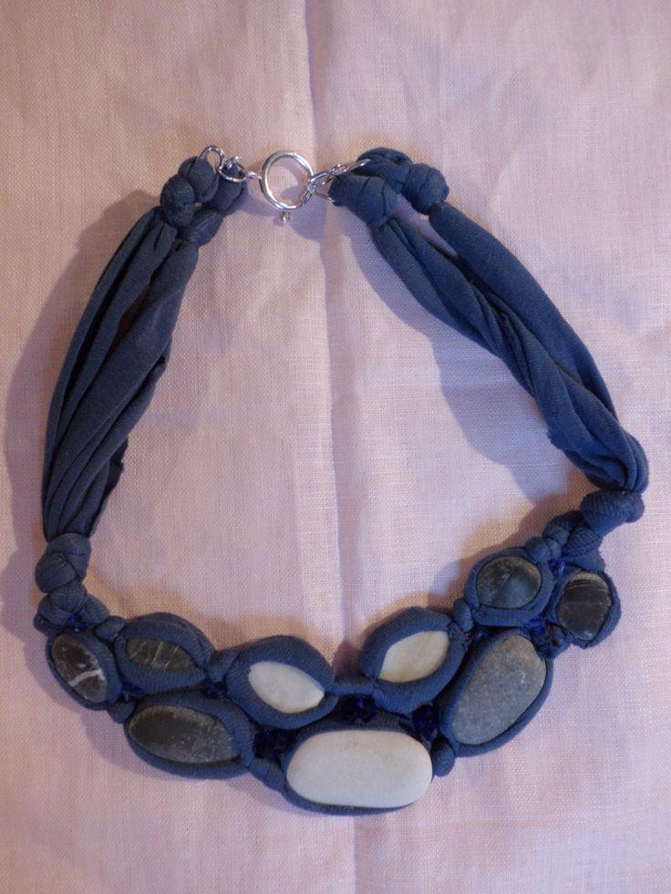 Realizzata con collant e sassi, con aggiunta di qualche perla di vetro per dare un po' di luce.