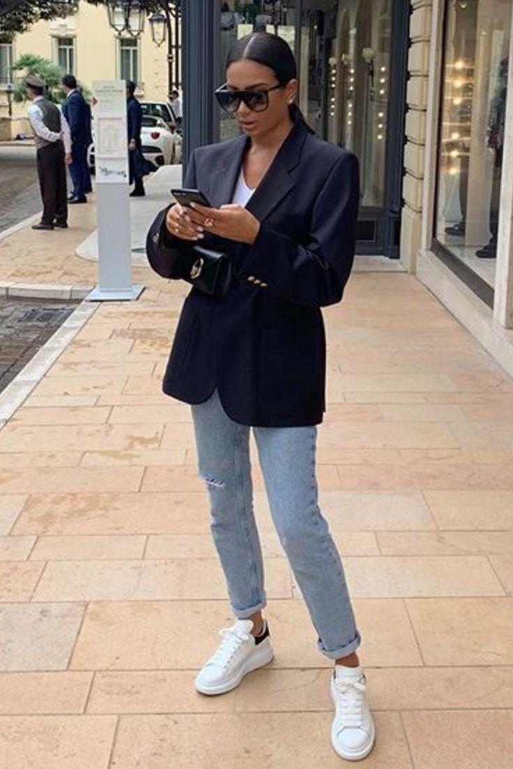 765cc6eb99 Mode femme casual chic avec un jean clair, un blazer noir et des baskets  Alexander Mcqueen