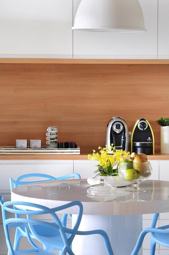 Pequenos detalhes...   Eles são suficientes para deixar sua cozinha linda!   Pratos coloridos, um toque de cor nos móveis, luminárias desco...