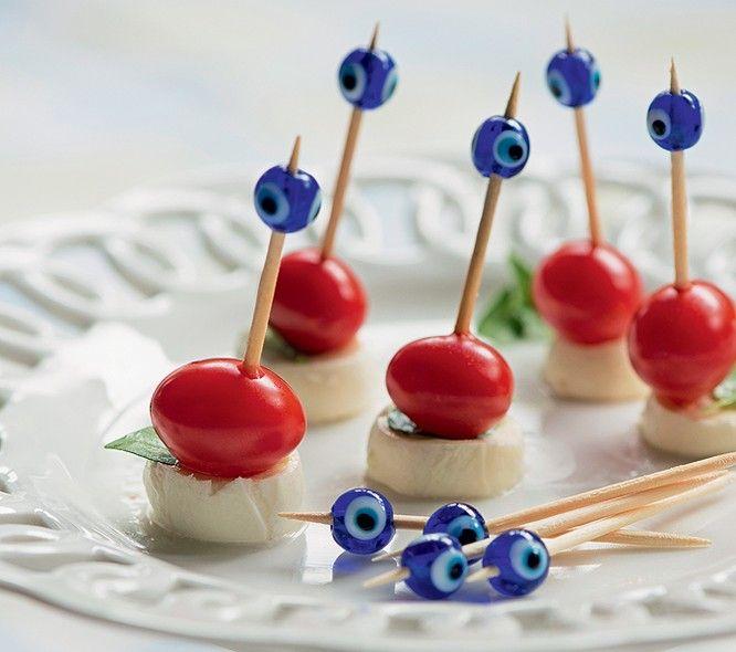 a ideia é usar olhos gregos nos palitos de dente – depois de comer o petisco, cada convidado guarda o seu no bolso.