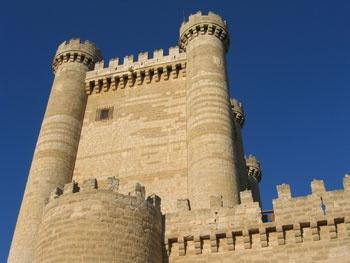 CASTLES OF SPAIN - Castillo de Fuensaldaña, Valladolid. Es un castillo de llanura y fue construido en 1452 por  D. Alonso Pérez de Vivero, secretario del rey Juan II. No llegó a terminarlo, pues murió asesinado por conjurar contra Álvaro de Luna. Mas tarde el castillo fue confiscado a los Vivero por los Reyes Católicos, por su apoyo a la reina Juana (La Beltraneja) . Volvió a ser confiscado al heredero de los Vivero en 1520, como castigo por el asesinato de su esposa.