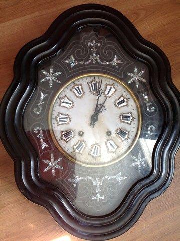 Reloj de cuerda, de pared. en SUBASTA: https: //www. todocoleccion. net/relojes-antiguos-pared/reloj-cuerda-pared~x98768279 //// Está trabajando. Con llave y pendulo. Los números paran ser en procelana. Las incrustaciones parecen ser en madreperola. Anterior a 1945. 62 x 49 x 14 cm