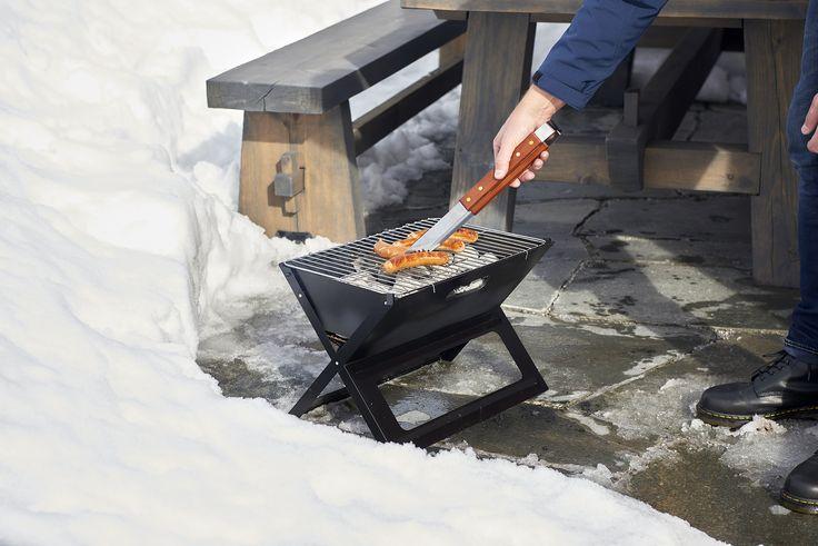 Grillailla voi myös talvella! Kokoontaitettava  testimenestys-grillimme (50-084) kulkee helposti mukana ja se vie vähän tilaa.