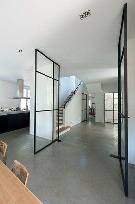 Glas met slank, donker frame. Dekru iron framed doors taatsdeuren stalen deuren pivot deuren steel doors