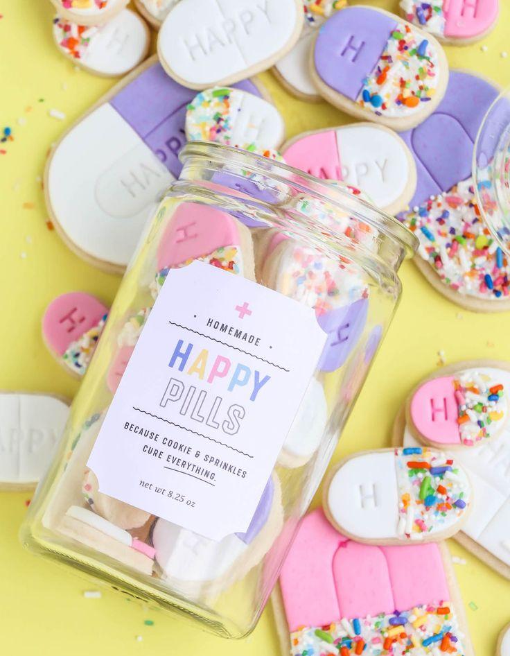 これらの愛らしいハッピーピルのクッキージャーを、無料の印刷可能なクッキーラベルと友人や家族への贈り物を使って楽しく(おいしい)ピックアップにしましょう!