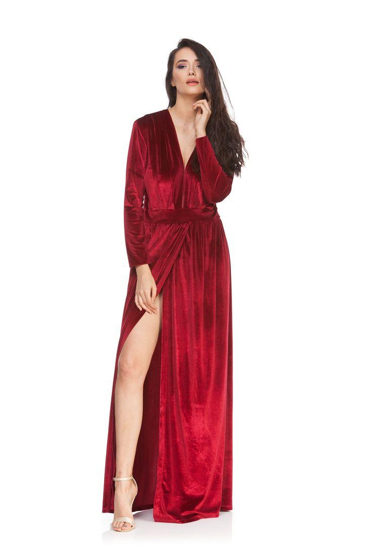 Rochie din catifea rosie DELIA de la Ama Fashion.  MOdel de rochie eleganta, cu crapatura pe picior.