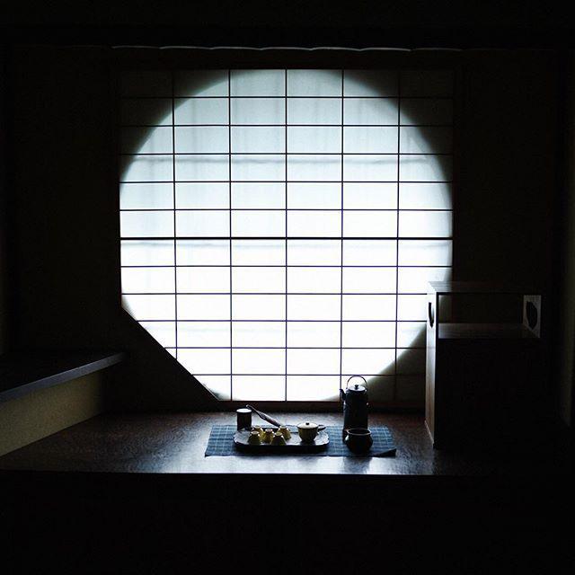 """まるで別荘! 「#せとうち #湊のやど #出雲屋敷」は一棟貸しもできる #古民家 の宿。檜風呂やファミリータイプのキッチンも揃う屋内には風流な#茶室も完備。日常を忘れて、心穏やかな一服をいかが?🍵 ・ Private villa? Yes please! Setouchi Minato no Yado """"Izumo Yashiki"""" is a renovated old Japanese house that can be completely rented out by you and your guests. Includes Japanese cypress bath, family sized kitchen, and even an authentic #tearoom. Forget the stresses of daily life and have a moment of tranquility all to yourself. ・ ・ #onomichi #mycozycity #ellelocal #japantravel #hiroshima #尾道…"""