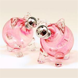 Pink Pig Salt and Pepper Set. LOVE!!! http://www.outoftheboxgifts.com/Pink-Piglets-Shakers-p/10166.htm