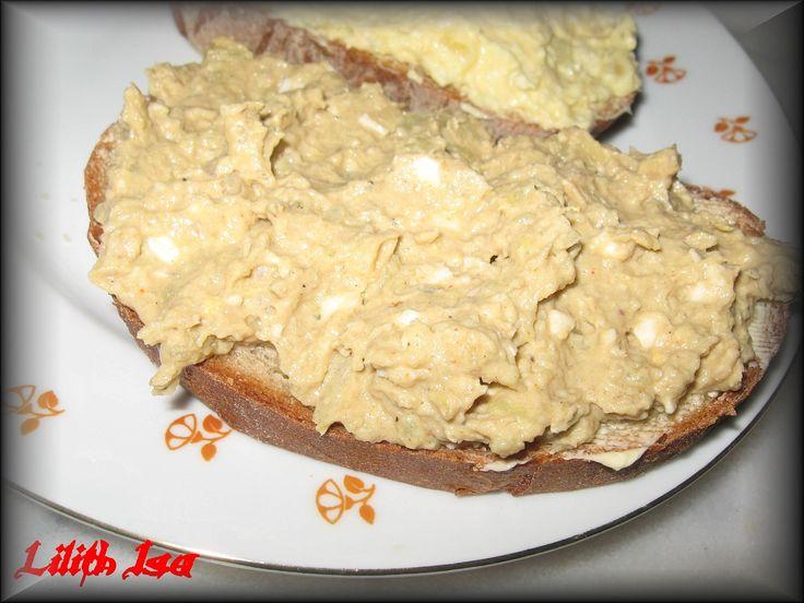 Do mísy přes kolečko protlačíme brambory,vejce,přidáme,prolisovaný česnek,nadrobno nakrájenou cibulku,koření,hořčici a majolku a promixujeme.