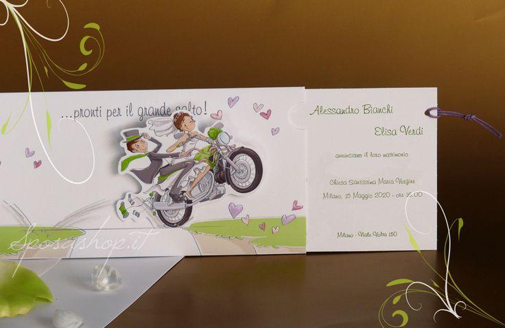 In moto! Partecipazione umoristica in cartoncino bianco con inserto estraibile