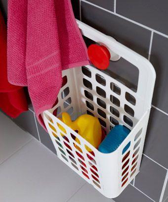VARIERA Abfalleimer in Weiß an der Wand hängend und gefüllt mit Badewannenspielzeug