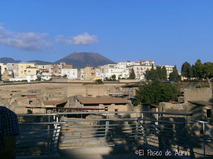 Preciosa vista de Ercolano con el Vesubio al fondo.