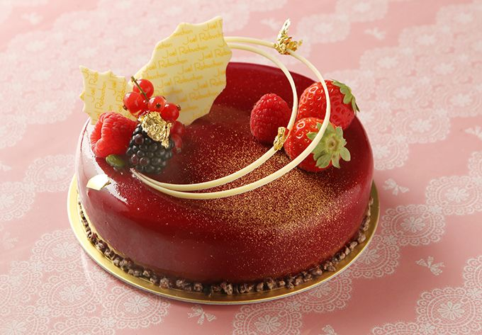 ジョエル・ロブション「ルージュ ノエル」ジョエル・ロブションからは、クリスマス限定ケーキが4種登場。「ルージュ ノエル」は、チェリーとラズベリーのピューレ入りのミルクチョコレートムースが特徴。中にはピ...