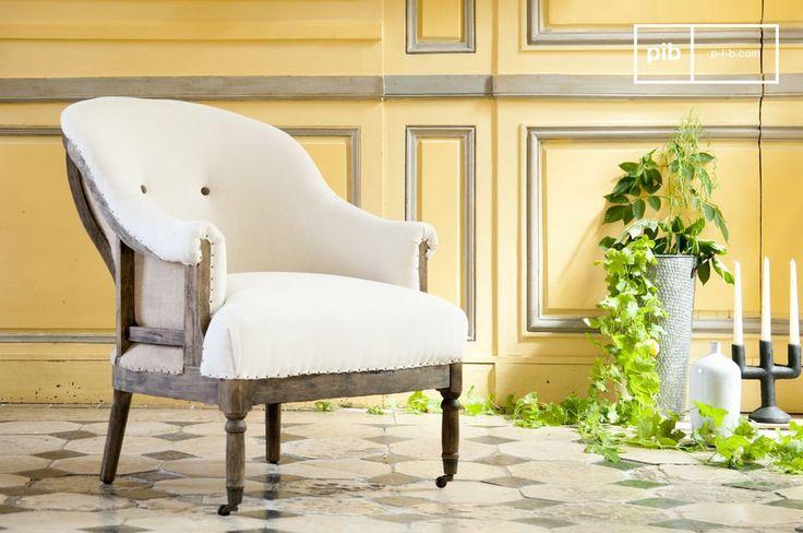 La poltrona rotonda Léonie è una bella poltrona in tessuto bianco che porterà un charm shabby chic ai vostri interni.
