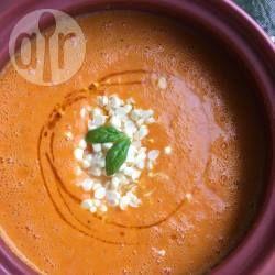 Een zomerse soep met verse mais, geroosterde rode paprika en basilicum. Ik vind harissa olie erg lekker in dit recept, maar dat is optioneel.
