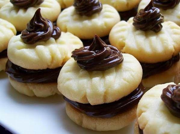 A cukrászatban van néhány olyan alapkrém, amelyek sokoldalúan használhatók, mesésen ízletesek és könnyű elkészíteni őket. Ezek egyike a csokoládé ganache - vagy más néven párizsi krém. Könnyű süteményben pedig egyszerűen mennyei!
