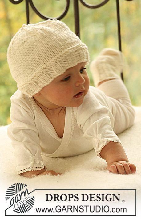 DROPS čepička a ponožky pletené z příze Merino Extra Fine. Velikost: 1 měsíc-4 roky. Návod DROPS Design zdarma.