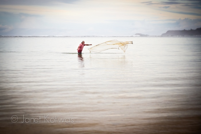 A native hawaiian fishing kalihiwai bay by throw netting for Shore fishing oahu