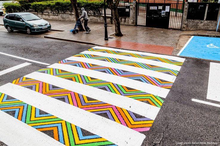 """Para o artista búlgaro Christo Guelov, utilizar a faixa de pedestres deve ser uma experiência atrativa. Por isso mesmo ele está criando em Madrid faixas de pedestres extremamente coloridas, geométricas e marcantes. Apesar do cuidado, as """"pontes"""" criadas pelo artista não são meramente estéticas. São também uma forma de conscientizar motoristas e pedestres. Christo desenvolve (...)"""