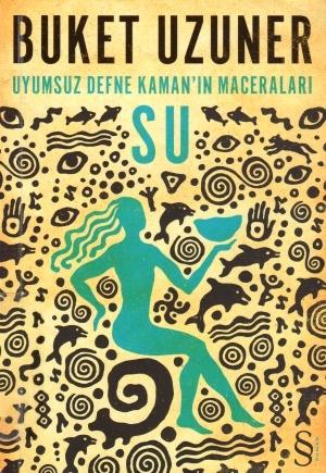 Buket Uzuner'in, bugün Anadolu'da yaşayan her kültürü derinden etkilemiş kadim Kamanlık (Şamanizm) geleneğinin dört unsuru olan SU, TOPRAK, HAVA, ATEŞten ilham alarak yazdığı yeni romanı UYUMSUZ DEFNE KAMANIN MACERALARI dörtlemesinin ilk kitabı: SU! Gazeteci Defne Kaman bir yaz akşamı bindiği vapurda arkasında hiçbir iz bırakmadan kaybolur. Onu aramakla görevli Komiser Ali Ümit ile arkadaşı Sahaf Semahat kendilerini aniden tuhaf olaylar ve esrarengiz semboller arasında bulurlar.