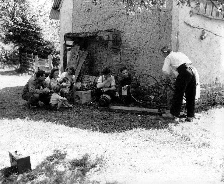 Фото: Солдаты 90-й пехотой дивизии США и жители французской деревни слушают радио