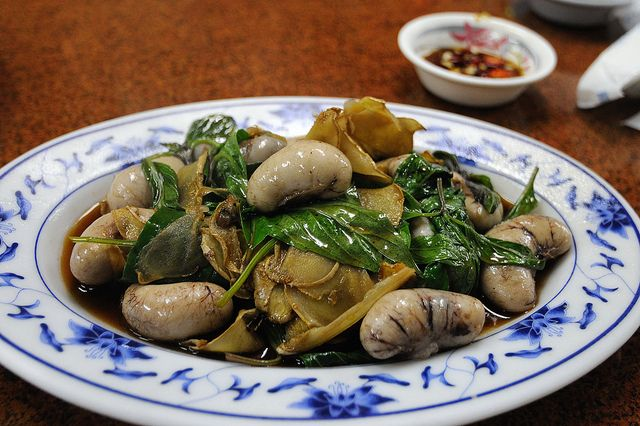 We were served something exactly like this. We were told it was frog stomachs. We declined the dish. Male host, was playing us for fools. chicken testicles #Taiwanese cuisine