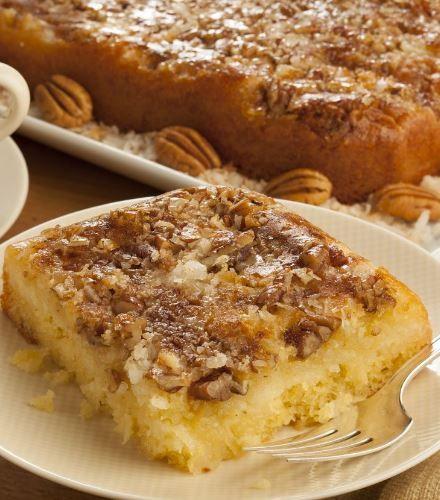 Ένα υπέροχο, αφράτο και ζουμερό αναποδογυριστό κέικ με επικάλυψη καρυδιών, ινδοκάρυδου, αρωματισμένη με κανέλα και βανίλια. Μια γρήγορη, εύκολη και απλή σ