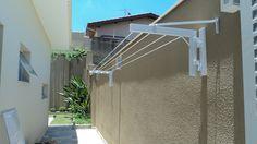 (Varal de muro, varal de parede, varal de corredor) Varal de muro com cordas fixas, sendo das bases dobráveis e removíveis. Alumínio com pintura eletrostática e cordas em nylon.
