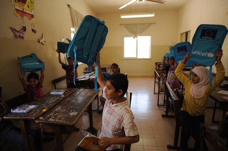 Primo giorno di scuola oggi in Italia. E anche in Giordania! In questa foto, bambini siriani rifugiati in Giordania ricevono gli zaini dell'UNICEF.