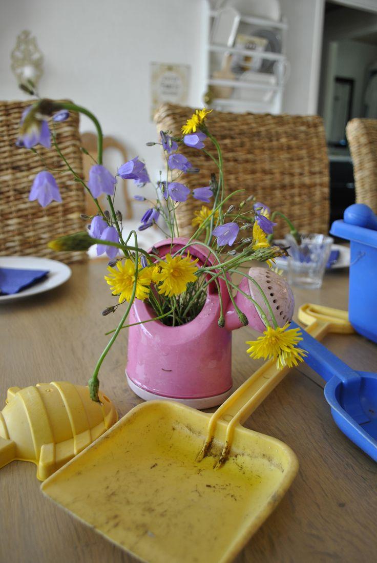 Sandkasse i spisestuen - Sandpit in the dining room. http://lonnisverden.blogspot.dk/2015/08/sandkasse-i-spisestuen.html