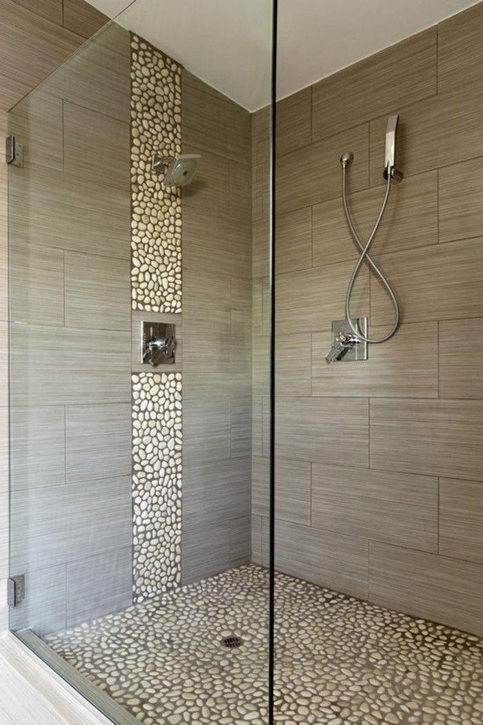 jolie salle de bain beige, carrelage galet sur le sol cabine en verre