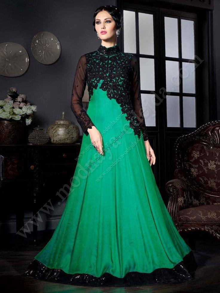 Зелёное длинное платье в пол из атласа, с длинными рукавами, украшенное вышивкой скрученной шёлковой нитью, пайетками и стразами