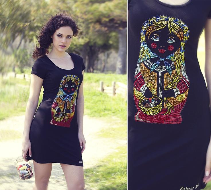 """Μπλουζοφόρεμα με κοντό μανίκι και χειροποίητο σχέδιο """"russian doll"""" από κρύσταλλα στο μπροστινό μέρος."""