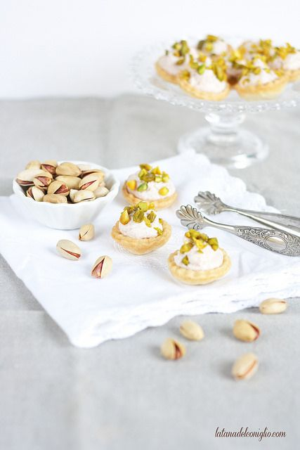 Tartelette con mousse di mortadella e pistacchi