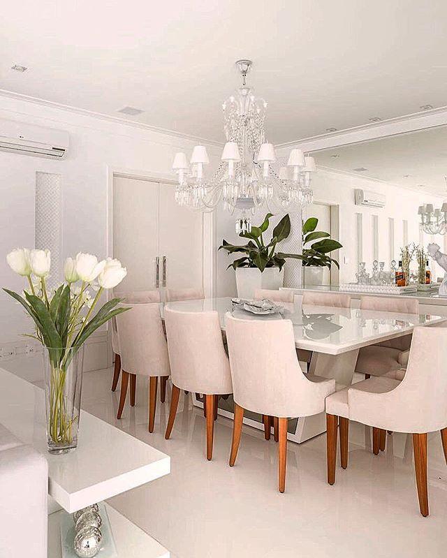 Puro glamour..... Lindo!! Lindo!!! By @moniserosaarquitetura  @juliaribeirofotografia #arquiteturadeinteriores #dinningroom #arquitetura #archdecor #archdesign #archlovers #interiores #instahome #instadecor #instadesign #design #detalhes #produção #decoreseuestilo #decor #decorando #decordesign #luxury #decorlovers #decoração #decoration #homestyle #homedecor #homedesign #decorhome #home #saladejantar #allwhite #decoracaodeinteriores #glamour