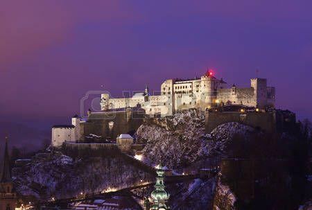 Ciudad y castillo de Hohensalzburg al atardecer - Salzburgo Austria photo