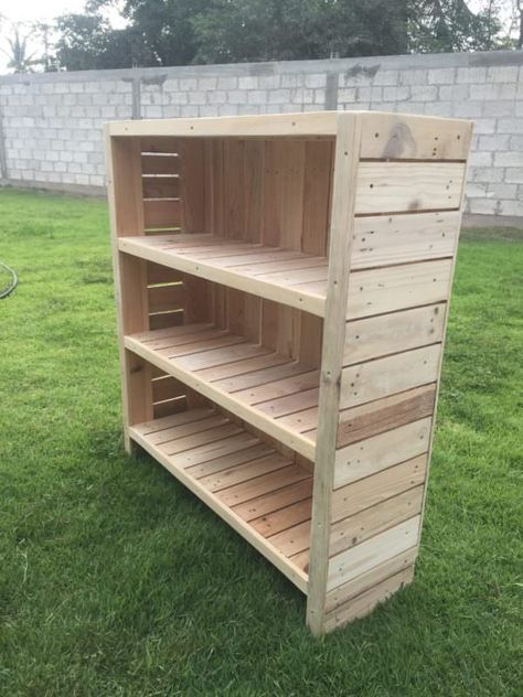 Check out this beautiful bookcase made from pallets!
