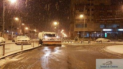 Deszăpezirea străzilor din Craiova va fi realizată, în iarna 2017-2018, cu aproape 100 de utilaje, în cazul unor căderi masive de zăpadă. SC Salubritate Craiova SRL, societate care are în sarcină deszăpezirea căilor publice din Craiova, a demarat procedura de licitație deschisă pentru închirierea unor utilaje necesare desfășurării acestei activități în iarna 2017-2018, termenul limită ...