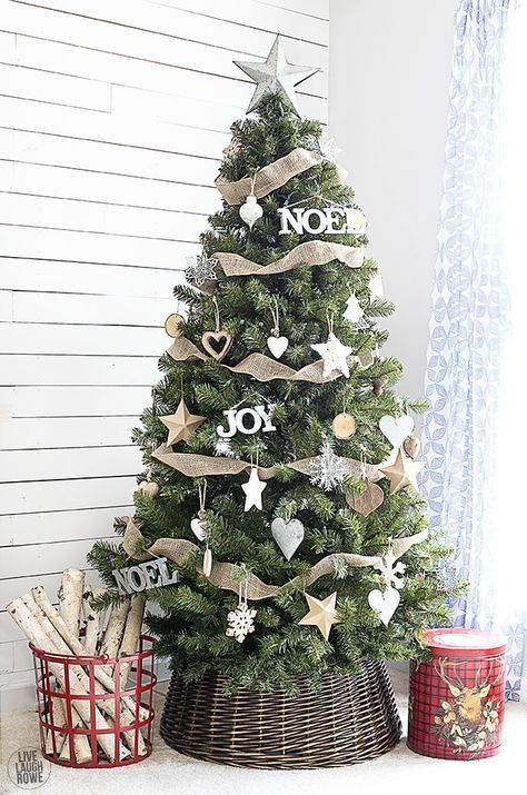 Very cute rustic gold and white Christmas Tree with stars #ChristmasTree #whitegold Get more Christmas and Fashion ideas at marialelifestyle.wordpress.com