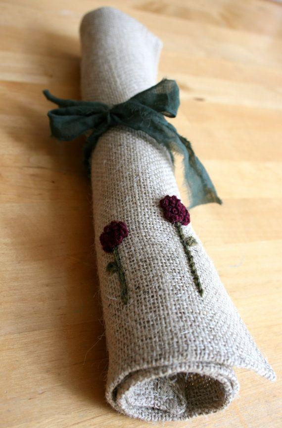 Set di 2 mano ricamati tovagliette di iuta fiori di di MumsTouch