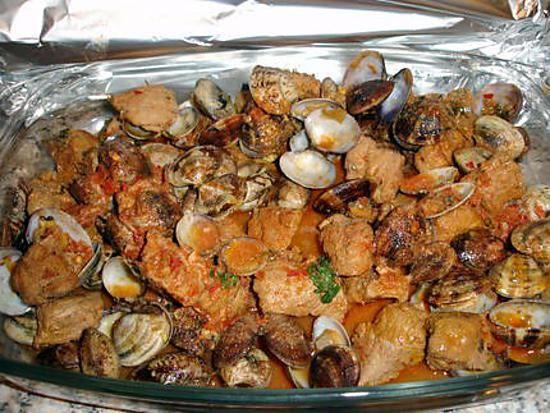 La meilleure recette de Carne Alentejana (recette Portugaise)! L'essayer, c'est l'adopter! 4.9/5 (11 votes), 29 Commentaires. Ingrédients: 1filet  mignon (ou épaule de porc), 1kl de palourdes et ou coques, 3 gousses d'ails (pilé), 3 ou 4c.s.de gros sel 1 feuille de laurier, Quelques branches de coriandre (frais) +2 branches de persil, 2 à 3 c. s. de pâte de poivrons rouge  (ou poivre paprika doux), Sel,    Poivre, 1 petit verre de Porto,  1 petit verre de Cognac, Quelques gouttes de Tabasco…