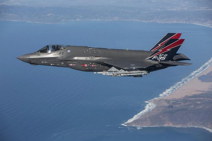 Fotka: AF-1, of the 461st Flight Test Squadron at Edwards Air Force Base, Calif., became the first F-35 to fire the AIM-9X missile Jan. 12, 2016.