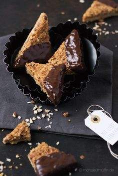 Nussecken | Nusseccken mit Mandeln | Mini Nut Bars | Nussecken Rezept | © monsieurmuffin Rezept für Nussecken mit Mandel. Auch für Haselnuss-Allergiker geeignet. Passend dazu eine Anleitung zum Schokolade temperieren. Für schönen Glanz.